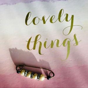 Jewelry - Beautiful VINTAGE Pearl & Crystal Sweater Pin 💎